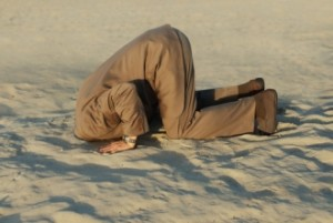 kop-in-het-zand1